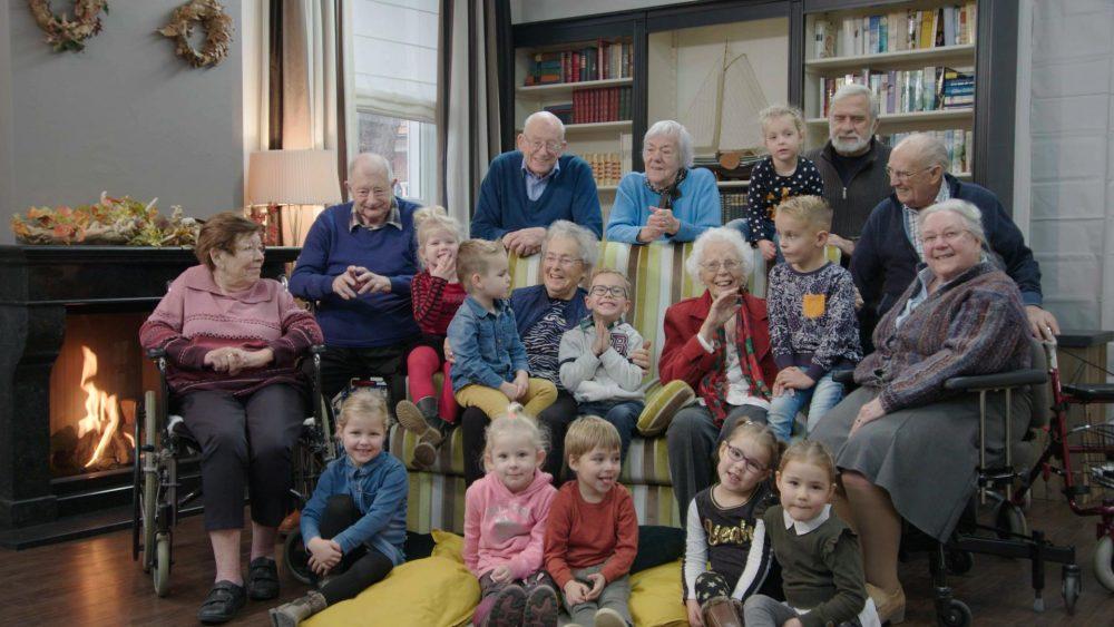 Kleuters tegen kwalen brengt oud en jong prachtig bij elkaar